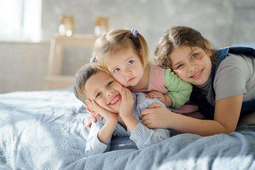 tres hermanos en su habitacion