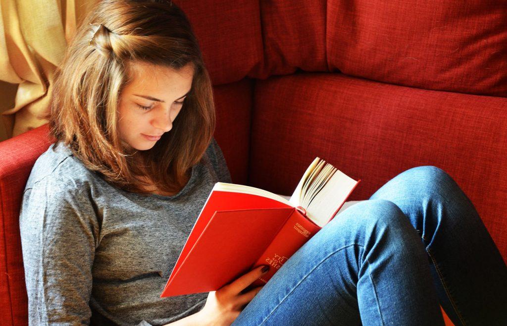 Soñar con leer refleja tu sed de conocimiento 2020